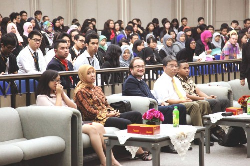 Director of United Nations Information Centre (UNIC) Jakarta, Mr. Michele Zaccheo, and Dean of Faculty of Social and Political Sciences Universitas Indonesia (third and fourth from the left)